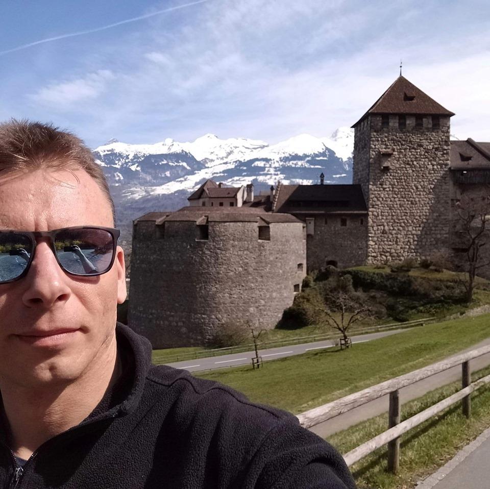 Selfie vor dem Sitz der Fürstenfamilie von Liechtenstein in Vaduz, Fürstentum Liechtenstein